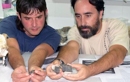 Os paleontólogos Eduardo Puértolas Pascual e Octávio Mateus