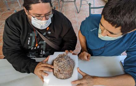 Miguel Moreno Azanza e José Manuel Gasca, diretores da escavação, a estudar um d