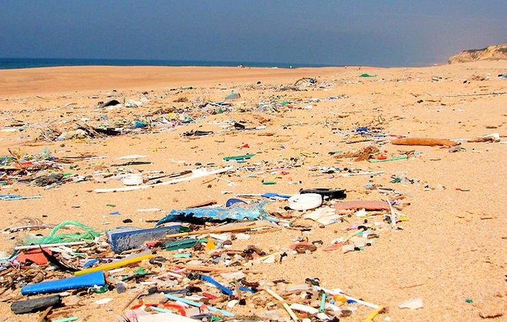 praia com lixo